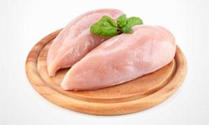 在圆形砧板上的鸡胸肉摄影高清图片