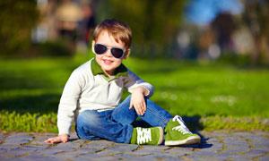 戴着墨镜的小男孩人物摄影高清图片
