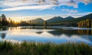 山间美丽的湖泊日出美景摄影图片