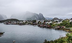湖边美丽的度假村摄影图片