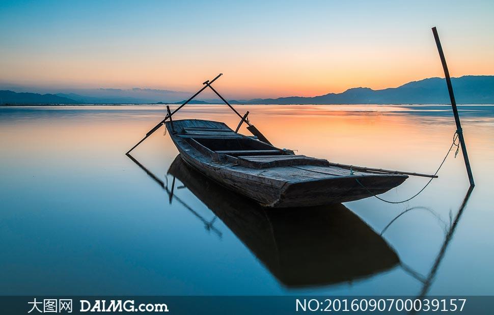 夕阳下湖中停泊的小船摄影图片
