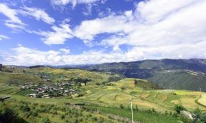 丽江美丽的村庄全景摄影图片