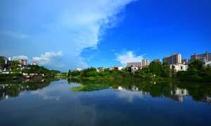 城市中美丽的湖泊倒影摄影图片