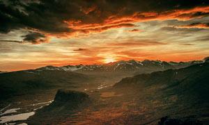 山顶美丽的夕阳和火烧云摄影图片