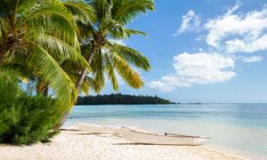 蓝天白云与海边的小船摄影高清图片
