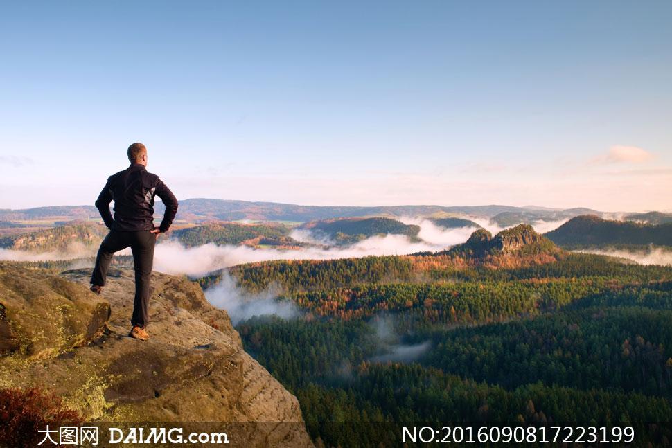 向远处瞭望风景的人物摄影高清图片 - 大图网设计素材