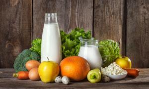 鲜牛奶与西兰花鸡蛋等摄影高清图片
