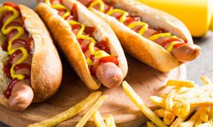 热狗与外焦里嫩的薯条摄影高清图片
