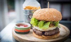 汉堡包与番茄酱等特写摄影高清图片