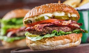 可口夹心牛排汉堡特写摄影高清图片
