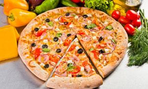 切出一块的披萨饼特写摄影高清图片