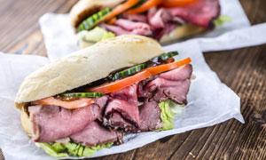 荤素搭配的三明治特写摄影高清图片