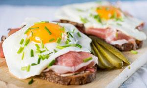 撒有葱花的煎蛋等早餐摄影高清图片