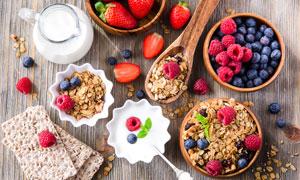 桌面上的牛奶与水果等早餐高清图片