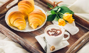托盘里的咖啡与面包等摄影高清图片