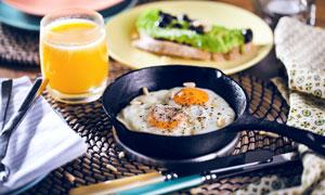 果汁与在锅里的煎蛋等摄影高清图片