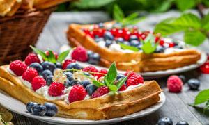 面包片上的蓝莓等水果摄影高清图片