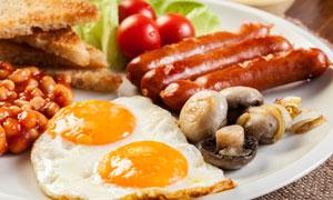 盘子里的煎蛋与烤香肠摄影高清图片