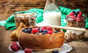 鲜牛奶与燕麦片水果等摄影高清图片
