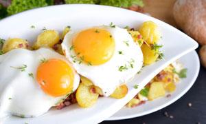 盘子里的煎蛋近景特写摄影高清图片