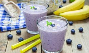 香蕉蓝莓与奶昔等特写摄影高清图片