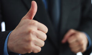 竖起大拇指的职场白领摄影高清图片