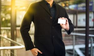 拿空白名片的黑色衣服人物高清图片