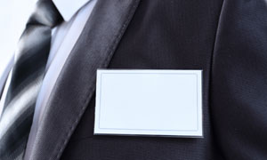 戴空白工号职务牌的人摄影高清图片