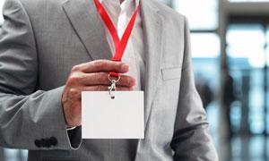 挂着空白工作牌的职场人物高清图片