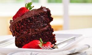 装盘的草莓巧克力蛋糕切块高清图片