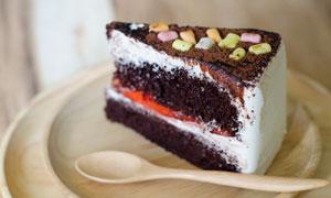 切成块状的巧克力蛋糕摄影高清图片