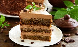 已切块装盘的美味蛋糕摄影高清图片