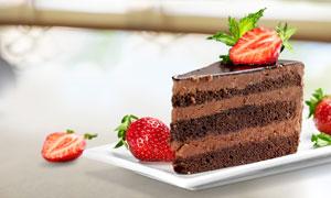 用新鲜草莓装饰的蛋糕摄影高清图片