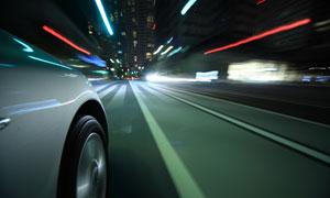 驶在城市道路上的汽车摄影高清图片
