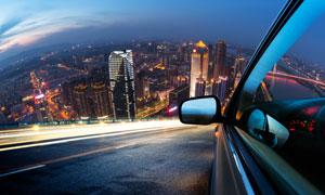 大城市夜景与行驶中的汽车高清图片