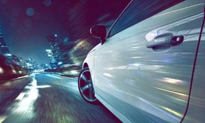 快速行驶在城市路上的汽车高清图片