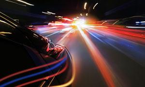 行驶着的轿车与炫丽的光线高清图片