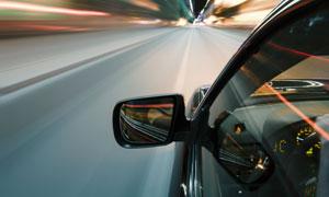 夜晚城市道路上的汽车摄影高清图片