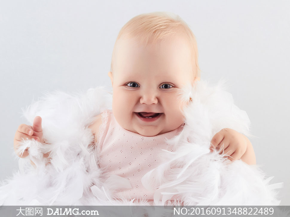 洁白羽毛与可爱小宝宝摄影高清图片