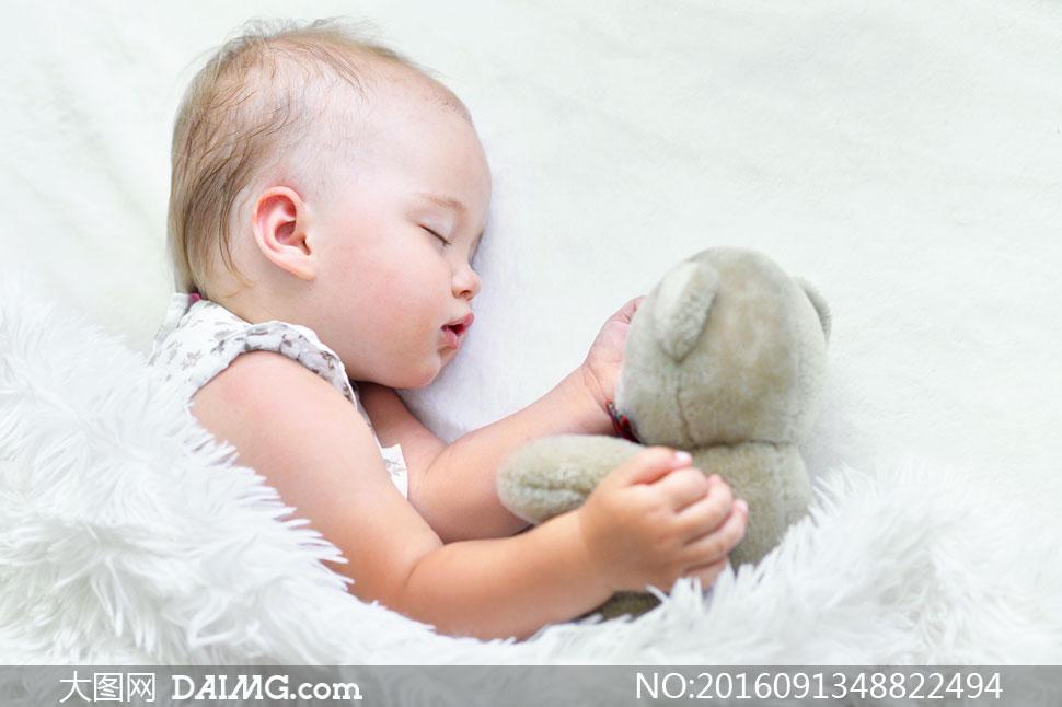 侧躺着熟睡的可爱宝宝摄影高清图片