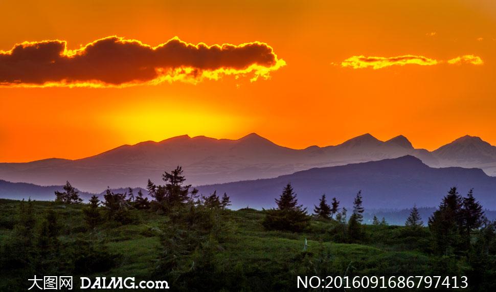 风景风光树木植物云朵云彩夕阳黄昏傍晚草地山峦远山群山大山山岭山野