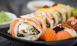 已装盘的美味寿司特写摄影高清图片