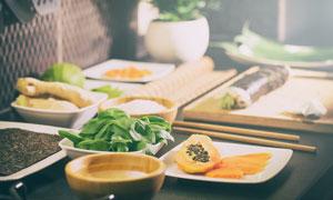 日式料理店内餐桌上的美食高清图片