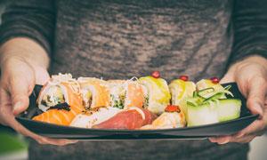 端在服务生手里的寿司摄影高清图片