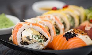 制作并摆盘的可口寿司摄影高清图片
