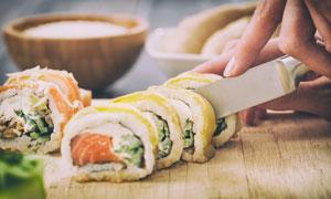 正在切寿司的场景特写摄影高清图片
