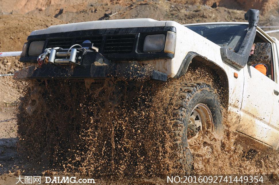 在泥泞道路上的越野车摄影高清图片
