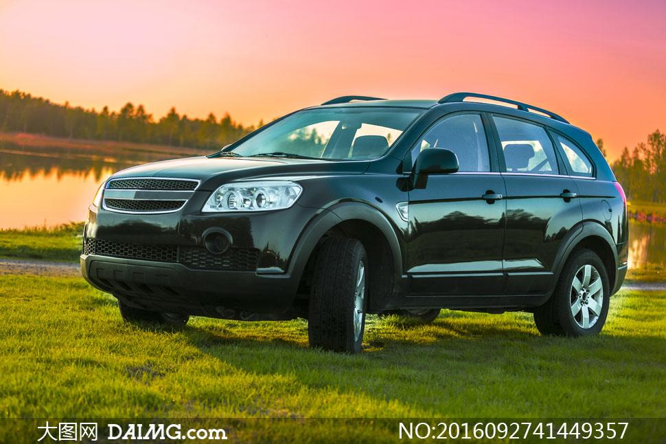 彩霞与在草地上的SUV摄影高清图片