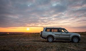 夕阳在荒野上的越野车摄影 澳门线上必赢赌场