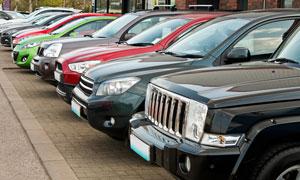 停車場依次有序停泊的車輛高清圖片